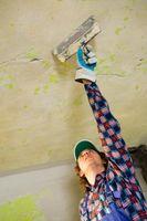 Cómo utilizar yeso en techos de alambre de pollo