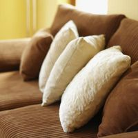 Cómo decorar alrededor de sofás oscuros