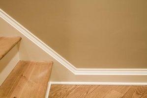 ¿Puede usar zócalos de blanco con pisos de madera?