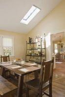 Cómo decorar una habitación larga y estrecha con un techo inclinado