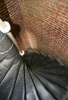 Ideas de almacenamiento para un armario sobre la escalera del sótano