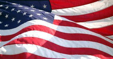 Cómo mostrar una bandera estadounidense en una casa