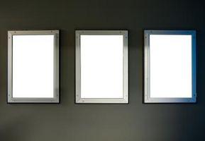 Cómo colocar un espejo en la parte trasera de un marco de ventana