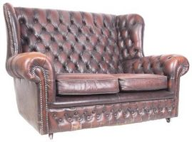 Cómo decorar un salón con un sofá de cuero con latón remaches