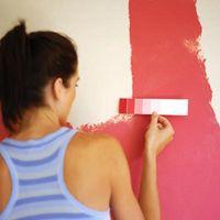 Ideas de diseño para las paredes color rosa y una cenefa negra