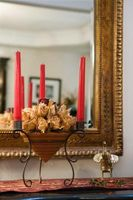 Cómo decorar un sótano con oro, marrón y rojo