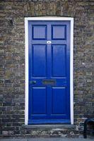 Sellado de una puerta de una casa de ladrillo