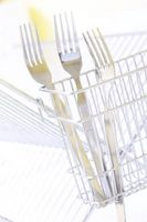 ¿Qué causa decoloración en platos y cubiertos en el lavavajillas?