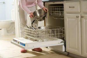 ¿Qué puede causar un lavavajillas se deja gránulos y escoria en los platos?