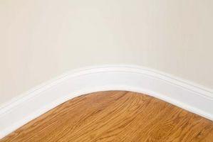 Cómo volver a un nuevo piso de madera dura con un rodillo de pintura de la capa