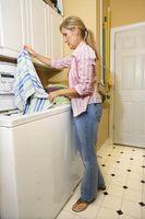 Una sustancia oleosa de Yellow-Brown procedente de debajo de una lavadora