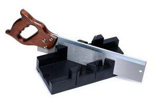 Cómo usar una tabla para cortar ingletes para zócalos