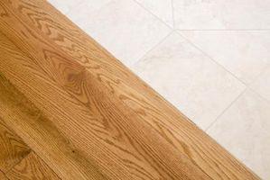 Cómo instalar pisos de madera alrededor de los gabinetes de cocina