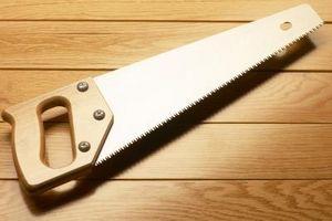 Cómo cortar zócalos de ángulo de 45 grados con una sierra de mano