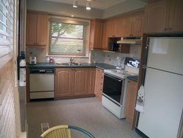 Cómo instalar gabinetes de cocina de madera