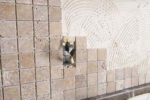 Cómo instalar un protector contra salpicaduras de azulejo de la pizarra