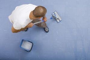 Cómo quitar pegamento de la alfombras de piso de concreto