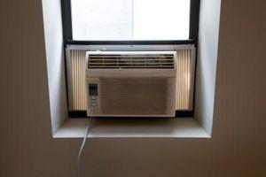 Un acondicionador de aire congelando en el invierno