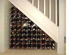 Cómo construir un estante del vino bajo la escalera