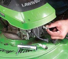 Cómo cambiar un enchufe de chispa del cortacéspedes de césped