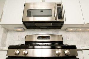 Cómo montar un microondas sobre una estufa de Gas
