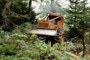 ¿Qué tipos de tractores necesito cortar 10 Acres de tierra montañosa y cepillo?