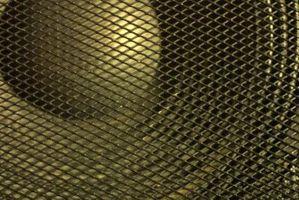 Cómo ocultar los cables de altavoz hasta la esquina de una pared