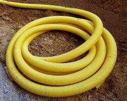 Cómo colocar tubería perforada en el patio para el drenaje