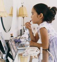 Cómo decorar un espejo de pared con artículos de la casa