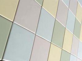 Cómo instalar bordes de azulejo de cerámica de la pared