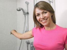 ¿Puedo usar espuma para apoyar una unidad de ducha de una pieza?