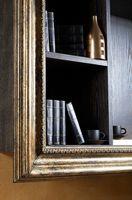 Cómo decorar un estante en una pared del salón