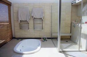 Cómo decorar alrededor de una bañera hundida Oval