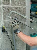 Cómo acoplar el conducto de PVC a un Panel de interruptores