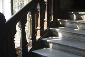 Cómo reemplazar escaleras alfombradas con una escalera de madera