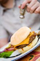 Cómo drenar grasa hamburguesa de una sartén de hierro fundido