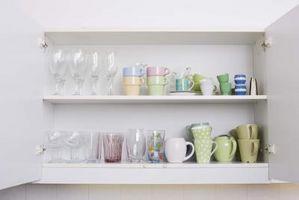Cómo instalar gabinetes de cocina con tornillos