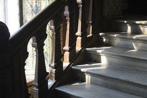 Cómo instalar azulejos de la alfombra en las escaleras