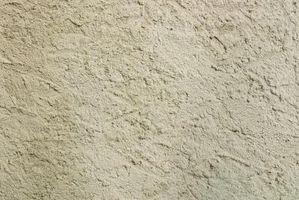 El acabado mejor llanura cubierta de yeso irregular sobre las paredes