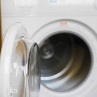 ¿Qué limpiador puede utilizar para quitar las manchas del dril de algodón de dentro de mi lavadora?