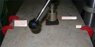 Cómo cortar círculos en baldosas cerámicas con una prensa del taladro