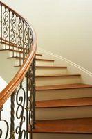 Cómo instalar barrotes de hierro forjado en las escaleras de escalón