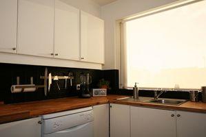 Cómo decolorar los gabinetes de cocina y la arena