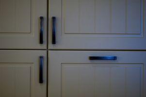 Cómo instalar nuevas puertas de gabinete de cocina