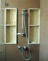 Instalación de baldosas de granito en las paredes de la ducha