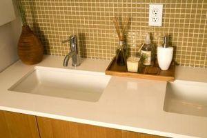 Cómo instalar un protector contra salpicaduras de azulejo en un baño
