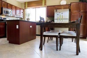 Cómo instalar un armario de cocina con molduras de techo