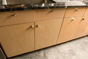 Cómo hacer una losa de la cocina con una puerta del gabinete