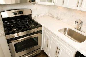 Cómo colocar estantes de horno para cocinar