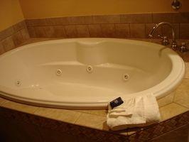 Cómo hacer una cortina de ducha decorativos Swag doble encima de una bañera de hidromasaje